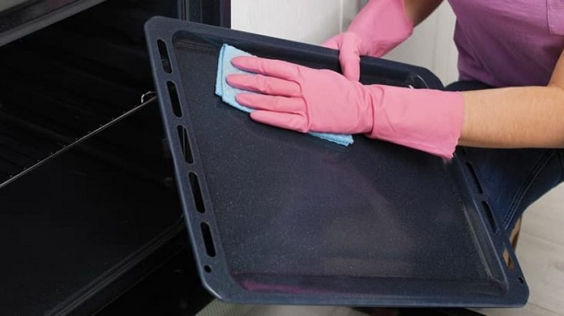 How to clean the oven tray?